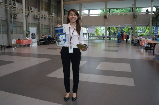 mini-Dr Yee Ling with donation