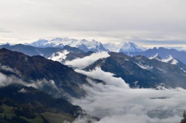 ဟိုးအေဝး မ်က္စိ တစ္ဆံုးထိ လွပလွတဲ႕ ႏွင္းဖံုးေနတဲ႕ Alps ေတာင္တန္းႀကီးေတြရဲ႕ အလွကို ျမင္ခဲ႕ရပါတယ္ ။