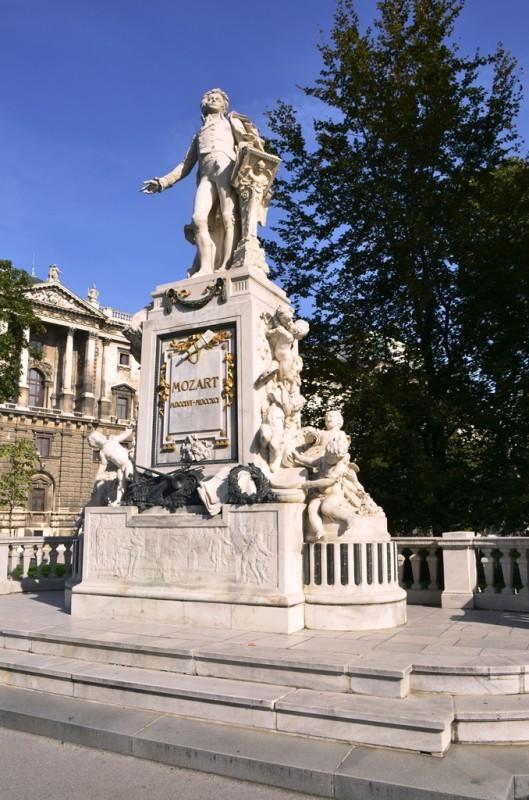 Hofburg Palace ထဲက နာမည္ေက်ာ္ ၾသစႀတီးယား ႏိုင္ငံသား အႏုပညာ႐ွင္ မိုးဇတ္ ( Mozart ) ရဲ႕ ႐ုပ္ထု ။
