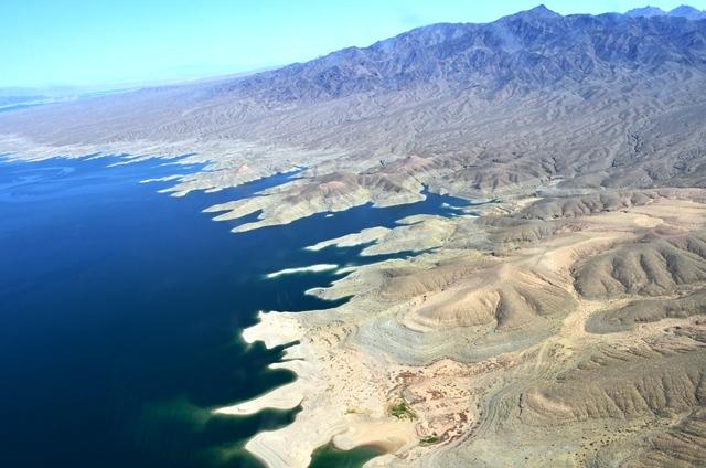 16 Hoover Dam ကို အားျဖည္႕ေပးတဲ႕ Colorado ျမစ္ ေပၚကLake Mead ေရကန္ ။