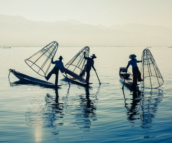 burmese-fisherman-at-inle-lake-myanmar-46ZJSME