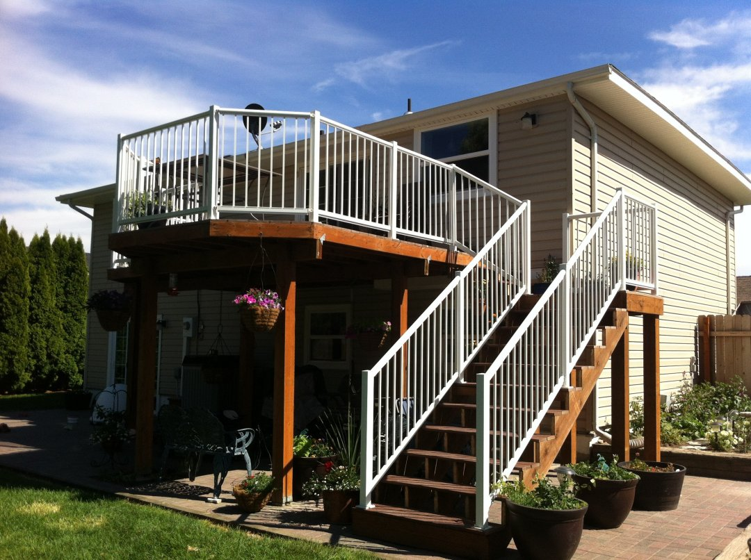 Trex deck with aluminum handrail