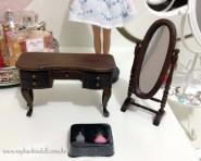 A penteadeira, o espelho de pé e os dois mini frascos de perfume | Crédito da imagem: Samira | www.mybarbiedoll.com.br