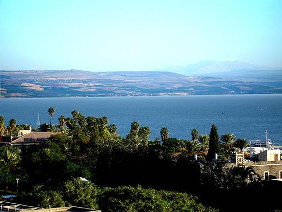 Vista de Tiberíades, na Galiléia, Israel, ao norte através do Mar da Galiléia. O pico nevado na distância é o Monte Hermon