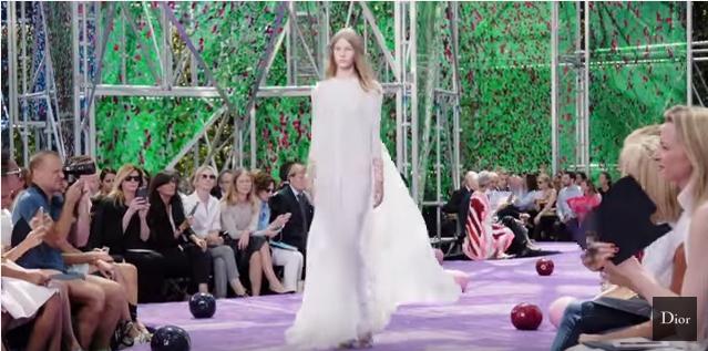 Sofia Mechetner foi a primeiro modelo na passarela no show (Fonte: Youtube Show Dior)