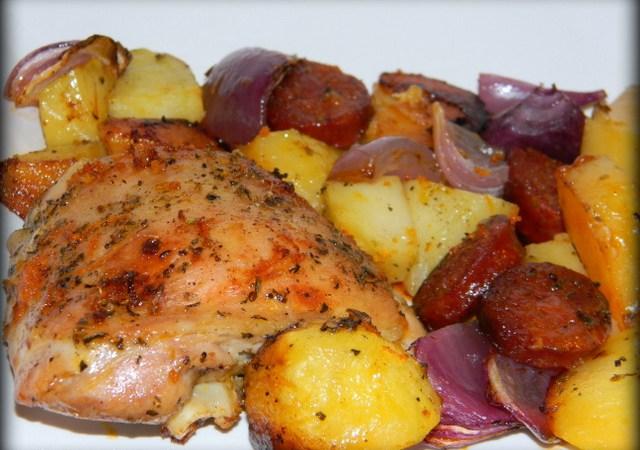 Pulpe de pui cu carnati chorizo, cartofi si coaja de portocale