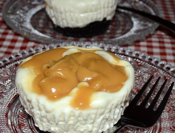 Cheesecake-briosa cu biscuiti Oreo si caramele