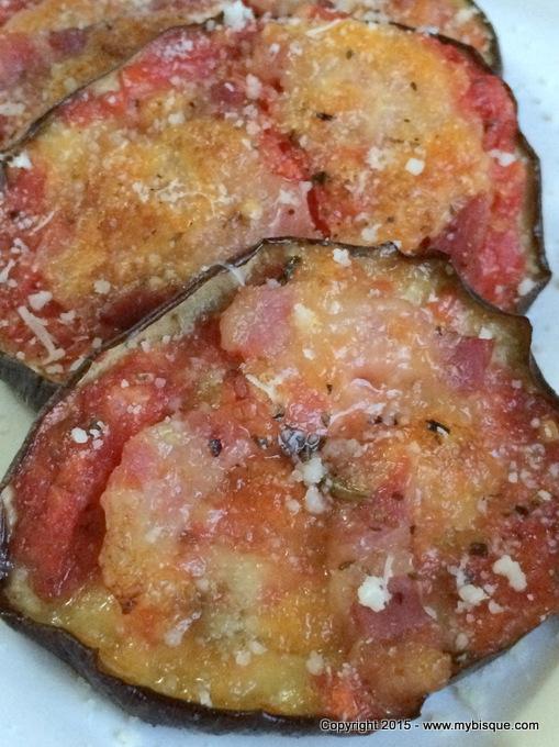 Mini pizza din vinete cu bacon si mozzarella
