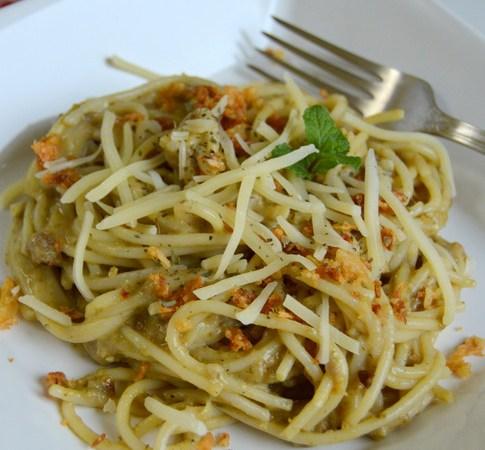Spaghetti cu ton, pesto si ceapa crocanta