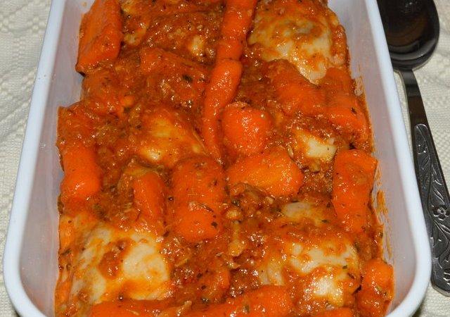 Mancare scazuta de pulpe scurte de pui cu morcovi