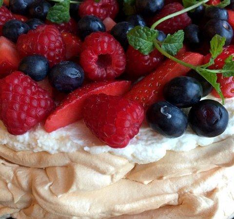 Pavlova cu fructe de padure proaspete