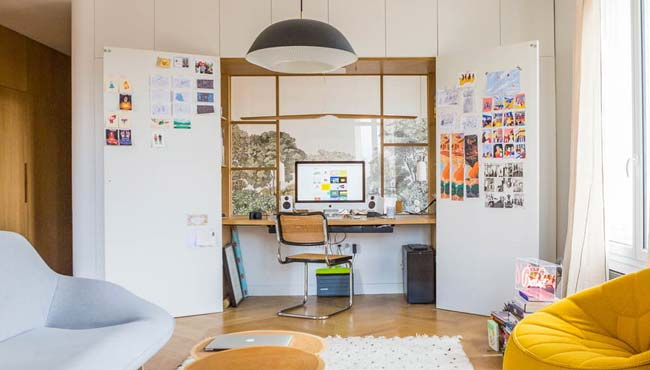 un bureau dans un placard