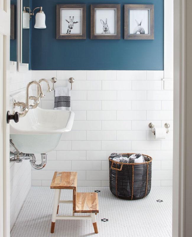bleu canard dans la salle de bain