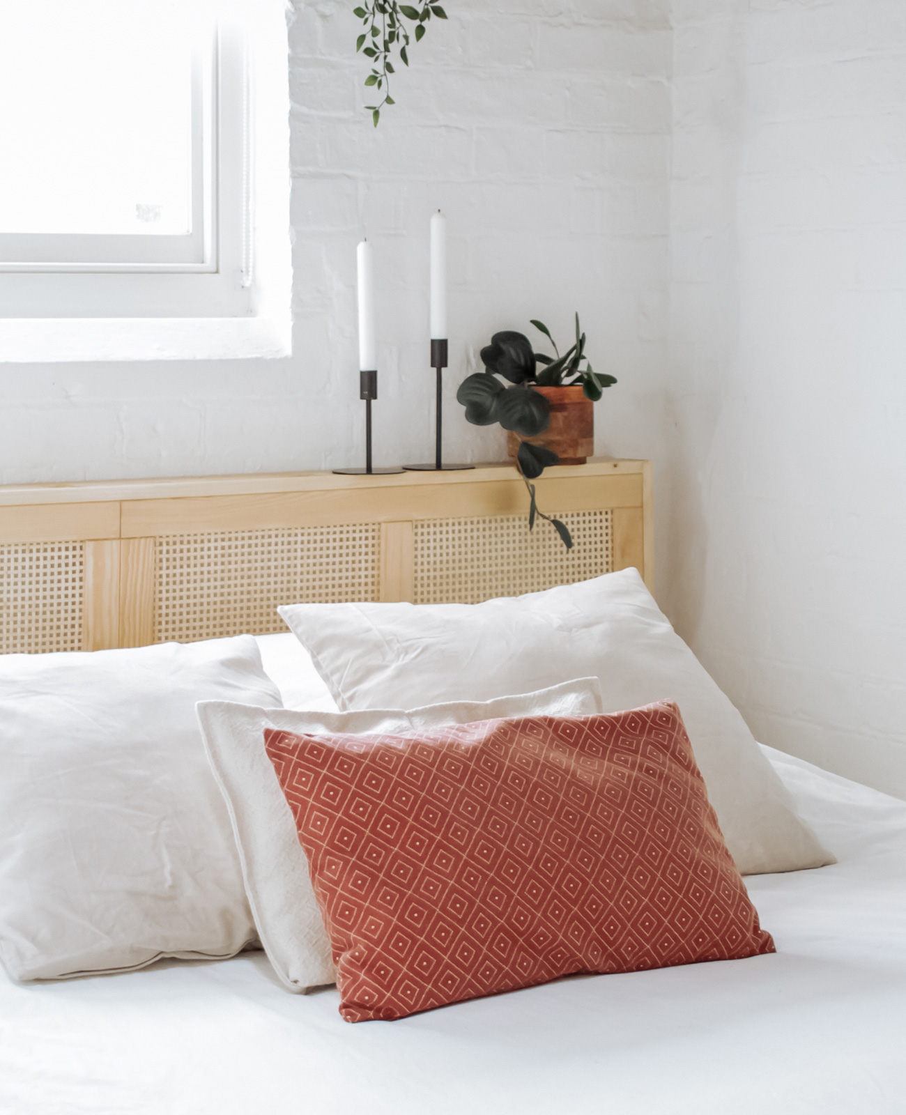 de lit en cannage avec les portes ivar