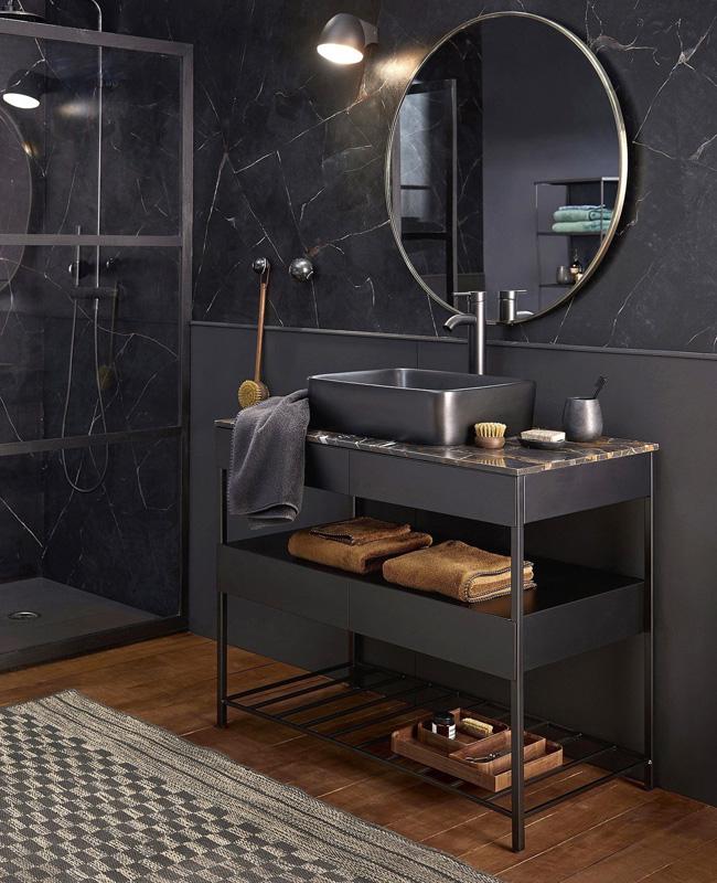 marbre noir dans la salle de bain