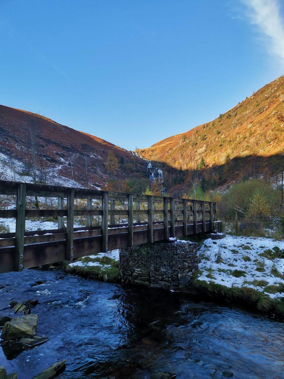 Drewniany most obok wodospadu