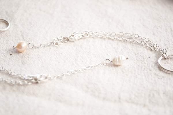 Detalle de colores. Pulsera de plata 925 con perla de río colgante en uso