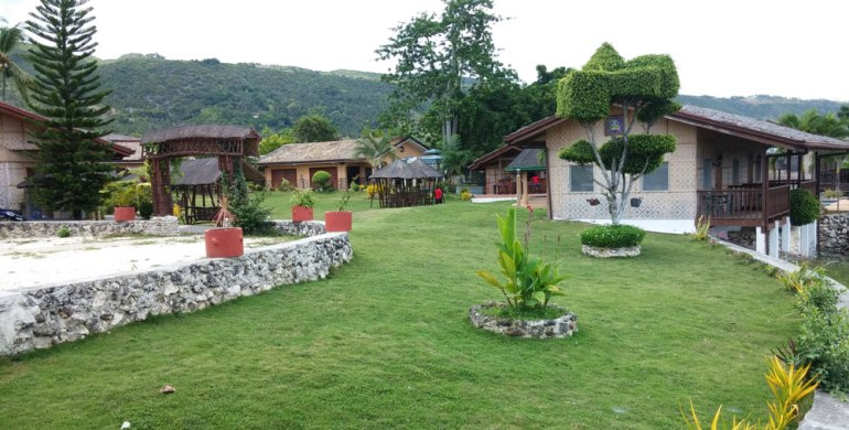 Bodos Bamboo Bar Resort in Alcoy features  overnight accommodations, swimming pool, and restaurant.
