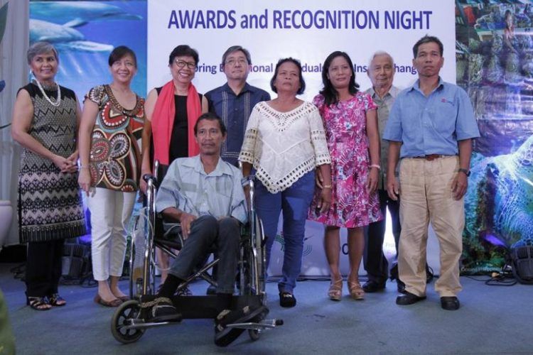 HERO. Cebuano activist Norlan Pagal, left paralyzed after an ambush last year, was honored for his fight against illegal fishing. (Photo from Oceana Philippines facebook page.)