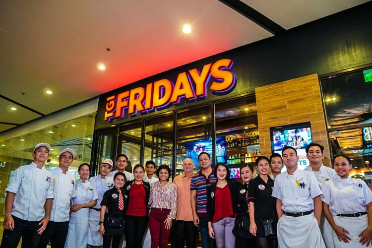 NEAR THE AIRPORT. US Consul Agent Glenn Ivan Loop, Lapulapu City Tourism Chief Hembler Mendoza, & TGIFridays Director for Operations Krissy Dela Cruz are flanked by the managers and staff of the recently opened TGIFridays Mactan. The restaurant is located in Island Central Mactan; a convenient stop for inbound and outbound flyers.