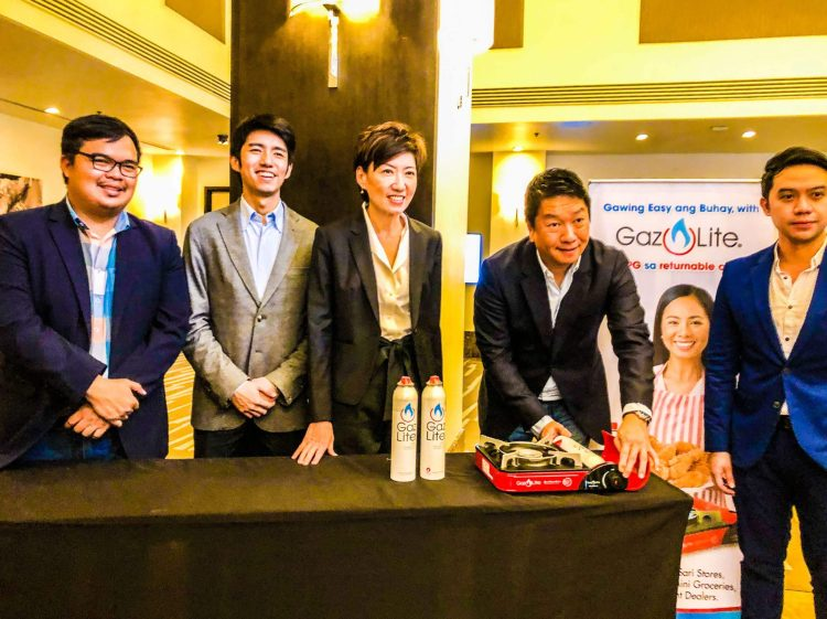 SAFE, REFILLABLE. Pascal Resources Energy, Inc. Chairman and CEO Nelson Par demonstrates how easy it is to use the Gaz Lite system. With him are other company officials including President Siu Ping Par.