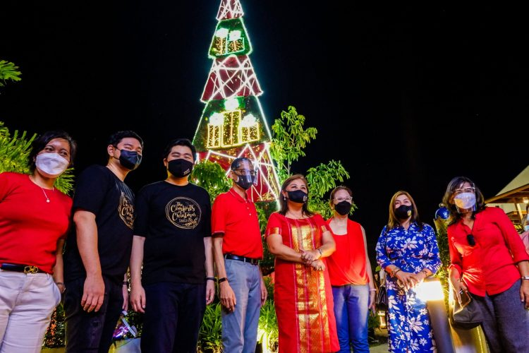 """TREE LIGHTING. Taft Properties Chairman and President Jack Gaisano (center) and Lapu-Lapu City Tourism, Cultural and Historical Affairs Commission Chair Cynthia """"Cindi"""" Chan lead the lighting of the Christmas tree."""