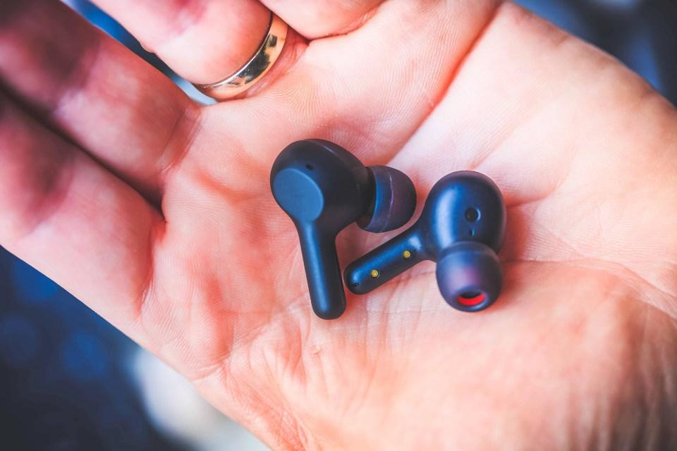 les Earbuds de Aukey tiennent dans la main