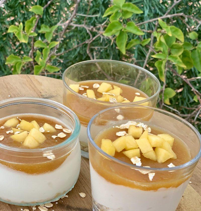 Vasitos de Yogurt y nata con coulis de Melocotón