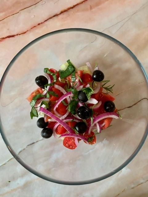 Añadimos las hiervas aromáticas a nuestra Ensalada Griega