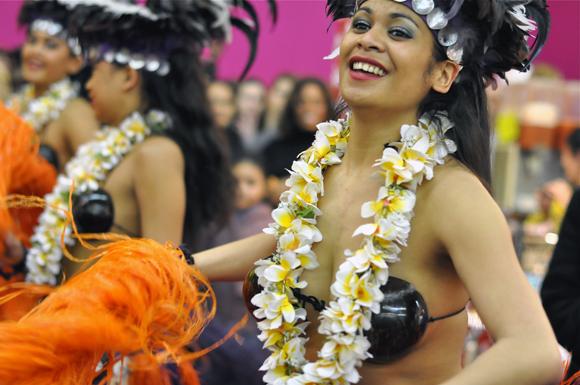 girls-dancing-tahiti