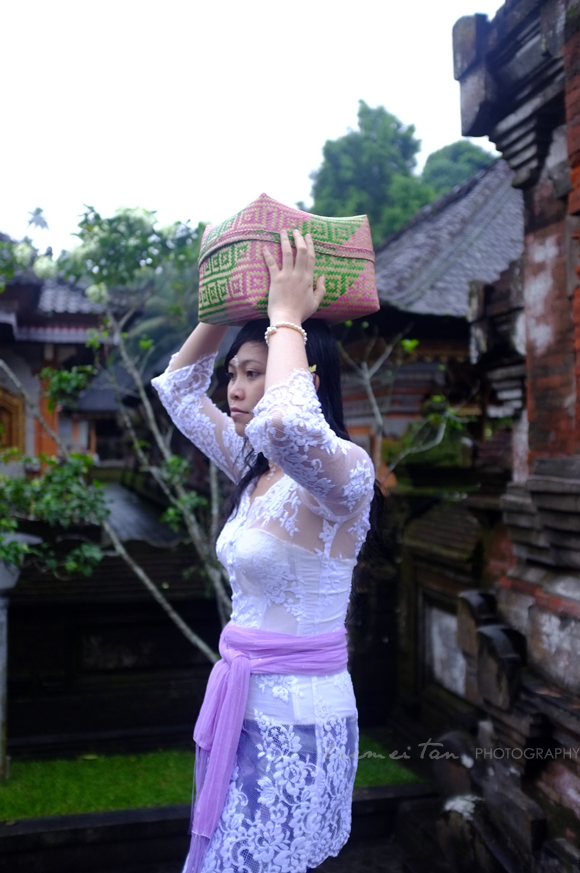 balinese-woman-offering