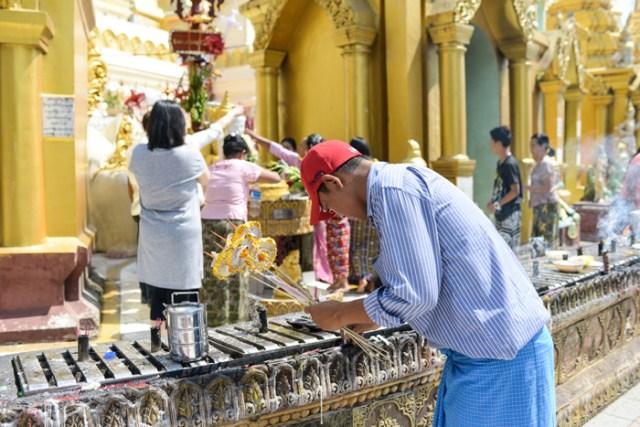 worship-Shwedagon-Pagoda-