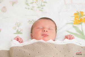 fotos de bebe en casa sevilla 13 300x200 - Reportajes fotográficos de embarazo y bebés en casa