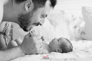 fotos de bebe en casa sevilla 4 300x200 - Reportajes fotográficos de embarazo y bebés en casa