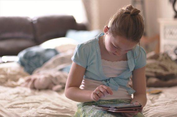 bed blond hair child 1313972 - Allunya als teus nens petits de les pantalles!