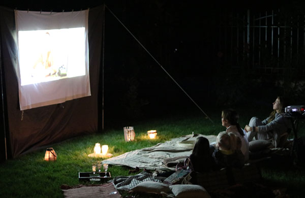Summer outdoor movie night in the backyard | My Cosy Retreat