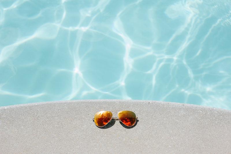 zwembad-water-zonnebril-rayban-zomer-zon