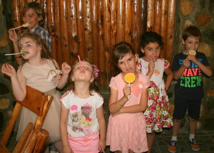 キャンディーキャンディーを舐めながら変顔してる子供達