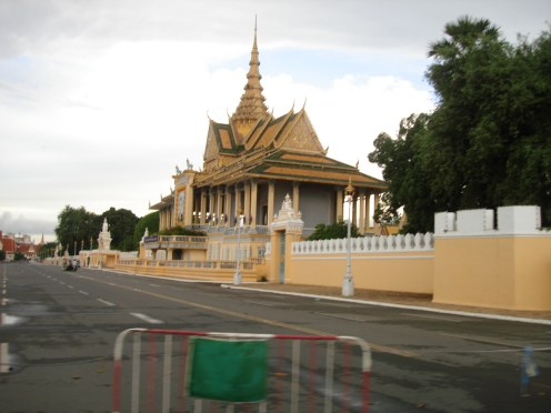 the front of the Royal Palace without traffic ... does not happen a lot then and I am sure now is worst :)