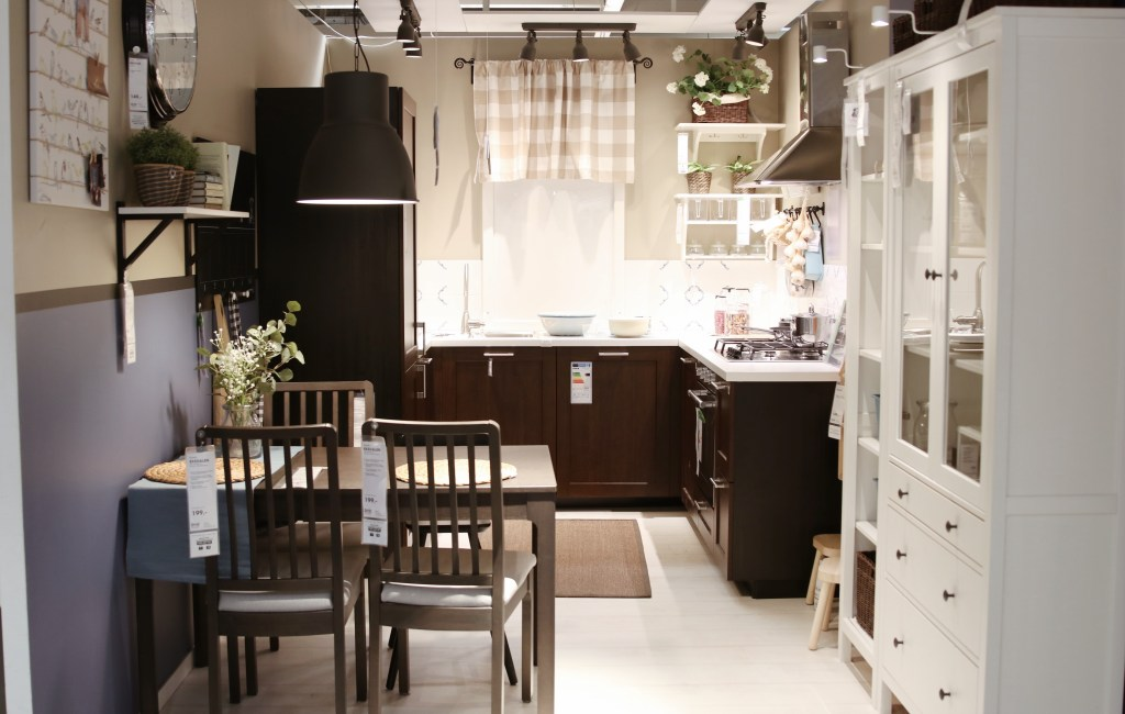 Ciemnobrązowa kuchnia IKEA z białą witryną