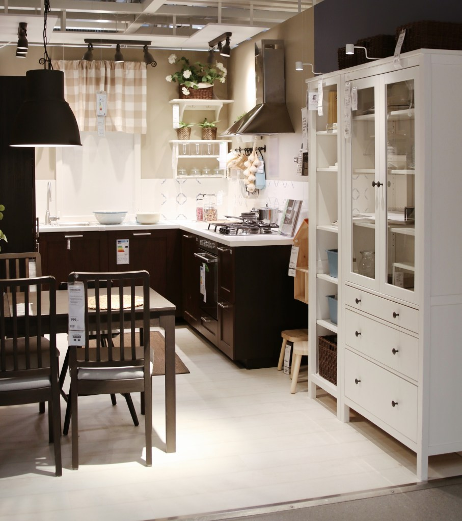 Ciemnobrązowa kuchnia z jadalnią IKEA