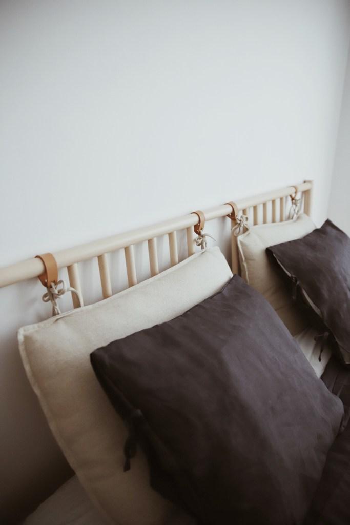 Zagłówek w łóżku, w małej sypialni
