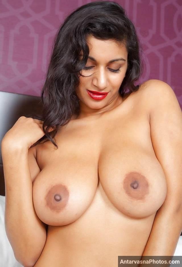 hot pose me apni boobs and nipple dikha masti karti aunty