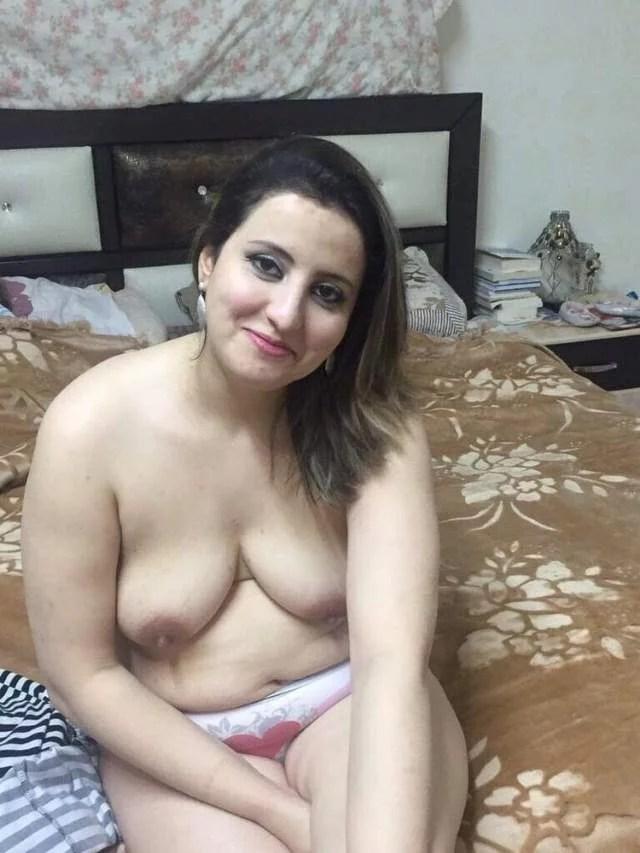 bed me bra khol apni boobs dikha mood banati aunty