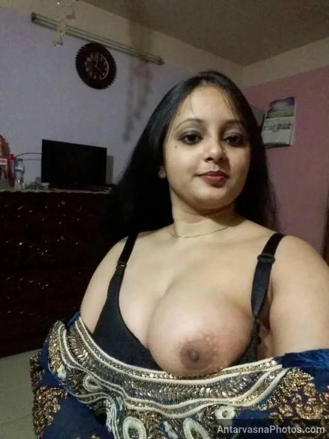 apni boob nikal dikhati hui hot indian aunty pic