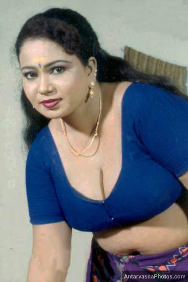 desi indian aunty ki big boobs blouse se bahar nikalne ko betaab pic