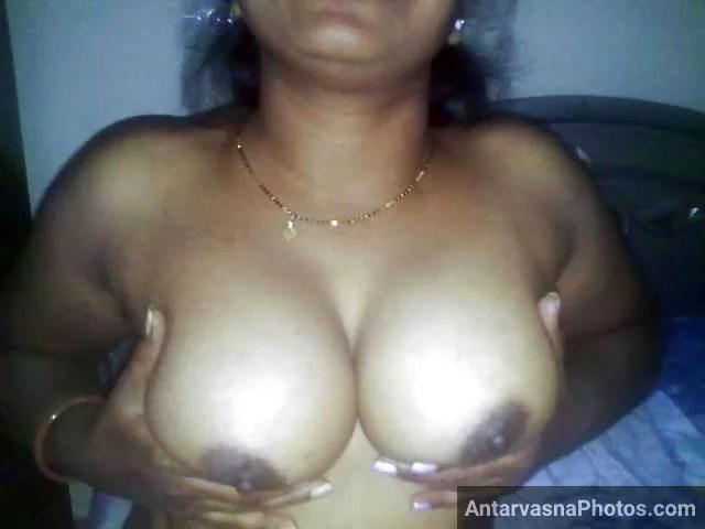 apne boobs ko press karti hot indian aunty photos
