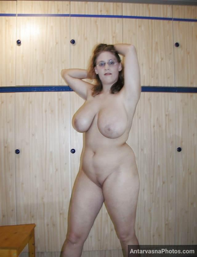 sexy hot babe with huge boobs and shaved pussy pics
