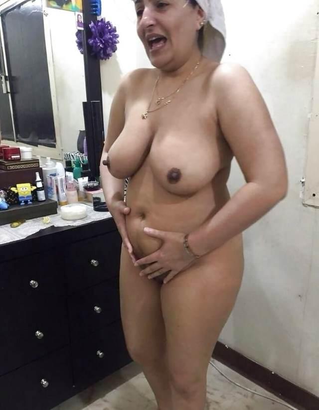 perky nipple dikha pussy hide karti hot aunty