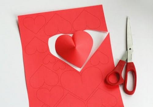 Διακόσμηση τοίχου με DIY 3D  χάρτινες καρδιές για την ημέρα του Αγίου Βαλεντίνου1